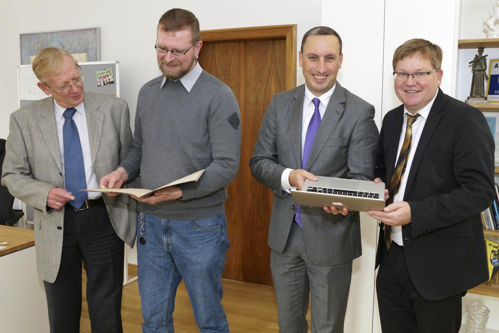 Corstellung des DRR, v. l. n. r.: Archivdirektor Dr. Laschinger, Jörg Fischer, Christopher Knabe, OB Michael Cerny