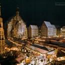Der Nürnberger Christkindlesmarkt. Blick über den Markt, den Schönen Brunnen, im Hintergrund die Frauenkirche (1990)