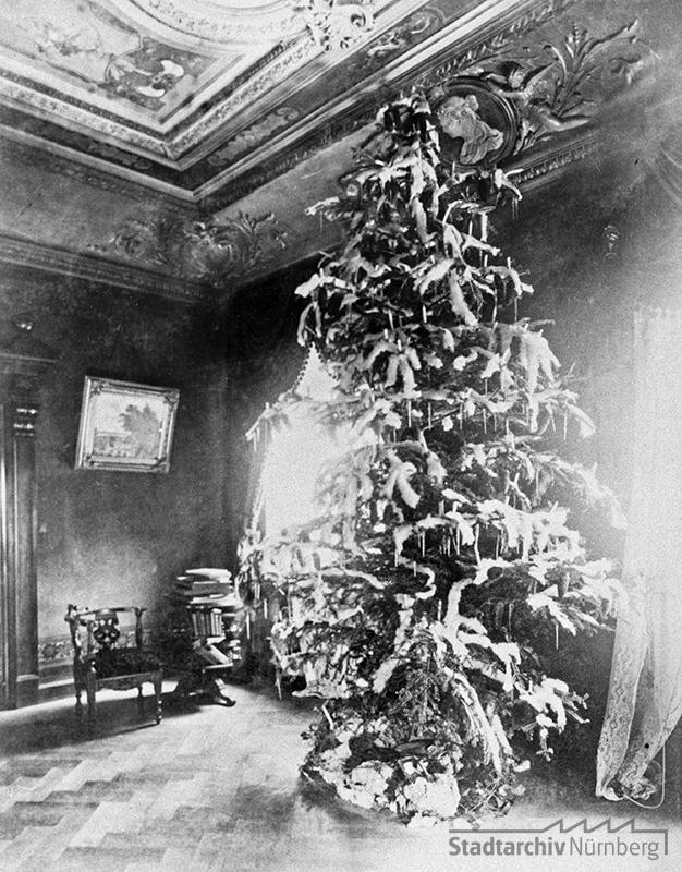 Ein prächtiger Weihnachtsbaum in der Villa des Kunstanstaltsbesitzers Karl Anton Pocher. Der Baum ist geschmückt mit Schnee, Eiszapfen, Tannenzapfen und Kerzen. Quelle Stadtarchiv Nürnberg