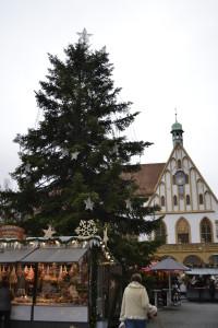 Ein Blick auf den Amberger Weihnachtsmarkt am Eröffnungstag 2015; im Hintergrund das historische Rathaus.
