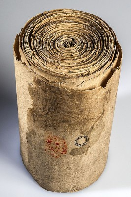 Restaurierungsbedürftig: 6 Meter Papier, zu einer Schriftrolle zusammengebunden. (Stadtarchiv Nürnberg A 1, 1409 Mai 3 - Foto: Julia Kraus)
