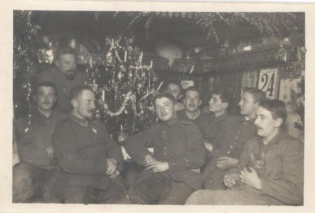 """Erster Weltkrieg: Bayerische Soldaten an Heiligabend an der Front in Nordfrankreich - das Foto ist auf der Rückseite beschriftet mit """"Weihnachten am IV. Geschütz"""" (Privatbesitz)"""