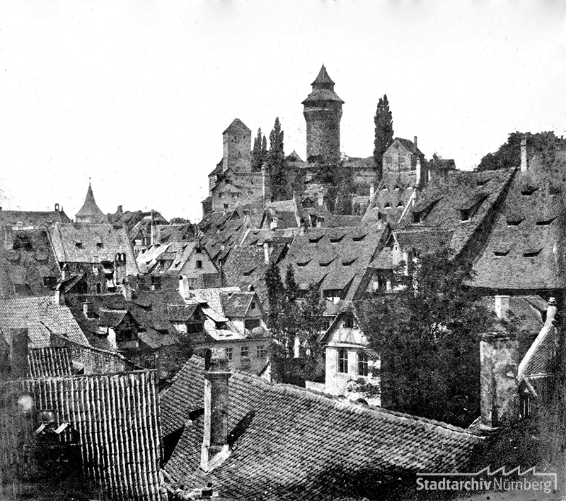 Die Dächerlandschaft Nürnbergs mit Blick auf die Burg. Der Fotograf dürfte ungefähr am Fembohaus gestanden sein. (StadtAN A 47-II-KS-134-24)