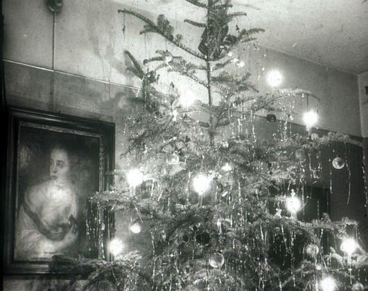 Weihnachtsbaum im Rühlschen Wohnzimmer, 1949 (StadtAE Rühldias 38/38069)