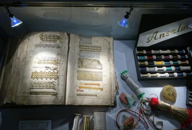 Ein kleiner Einblick in die übernommene Sammlung wird derzeit im Stadtarchiv in einer Vitrine präsentiert (Stadtarchiv Weißenburg i. Bay.).