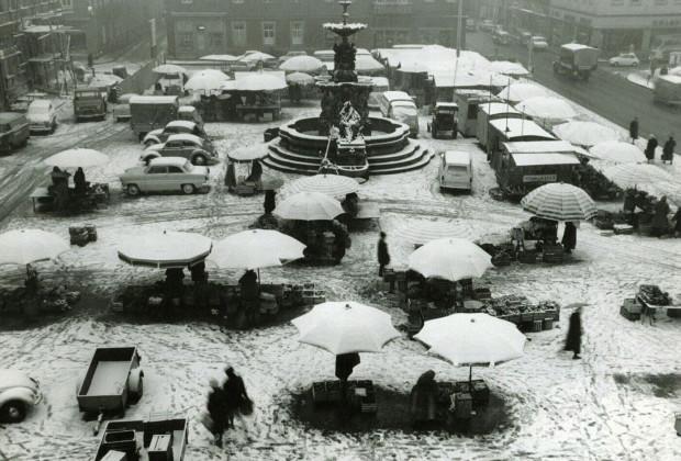 Der verschneite Marktplatz in Erlangen, ca. 1960 (StadtAE VI.A.b.1130)