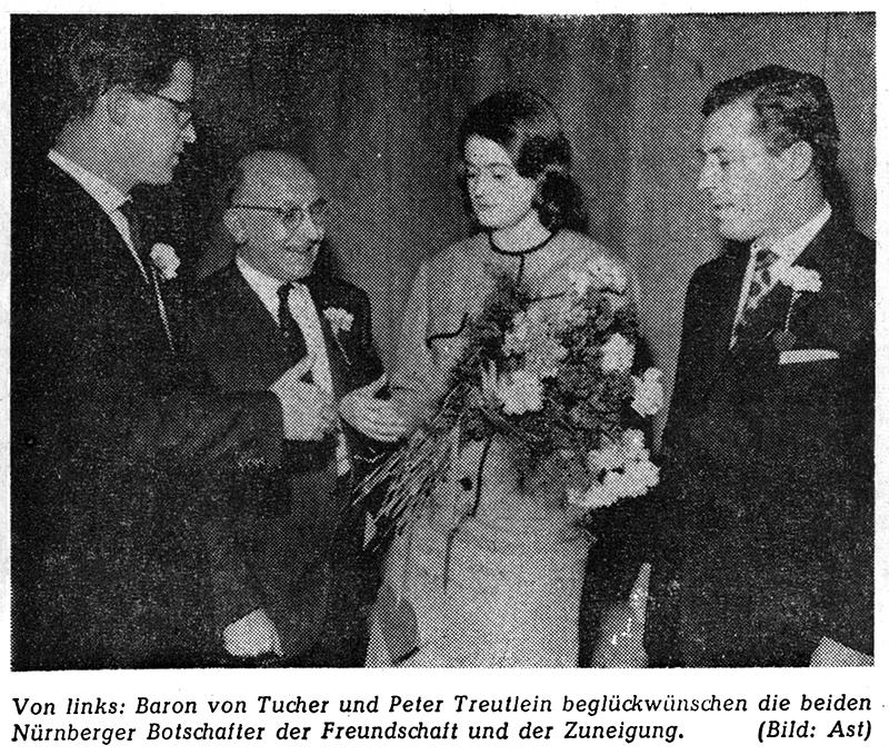 Das Nürnberger Valentins-Paar wird von Baron von Tucher und Peter Treutlein beglückwünscht.