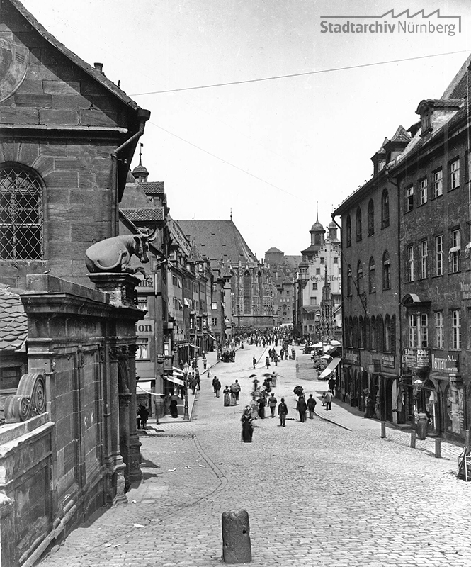 Blick von der Fleischbrücke auf den Hauptmarkt, um 1890. (Stadtarchiv Nürnberg, A 47/II, Sammlung Ferdinand und Georg Schmidt, KS-110-12)