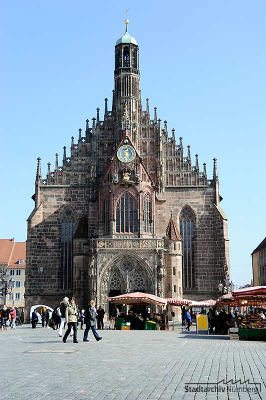Westfassade der Frauenkirche am Hauptmarkt, Fotografie Julia Kraus 2012 (Stadtarchiv Nürnberg A 96 Nr. 1117)