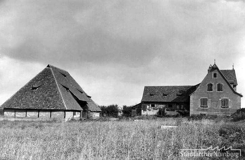 Schwedenscheune mit Wohnhaus an der Oedenberger Straße (heute dort die Konrad-Groß-Schule; Blick Richtung Osten) um 1930