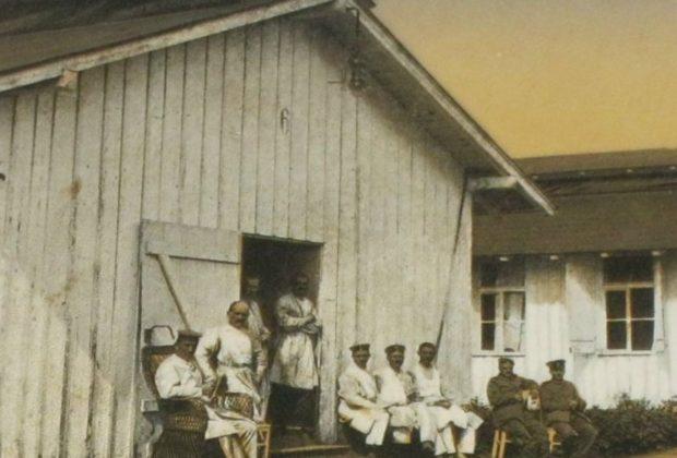 Soldaten vor einer der Baracken des Neumarkter Reservelazaretts 1918