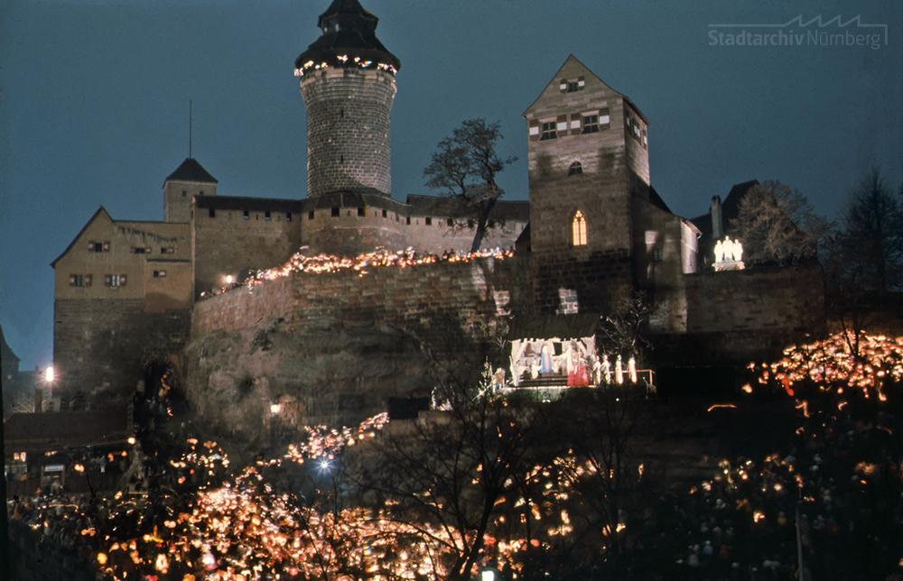 Das Foto zeigt die Darstellung der Weihnachtsgeschichte am Ölberg unterhalb der Burg. Quelle Stadtarchiv Nürnberg