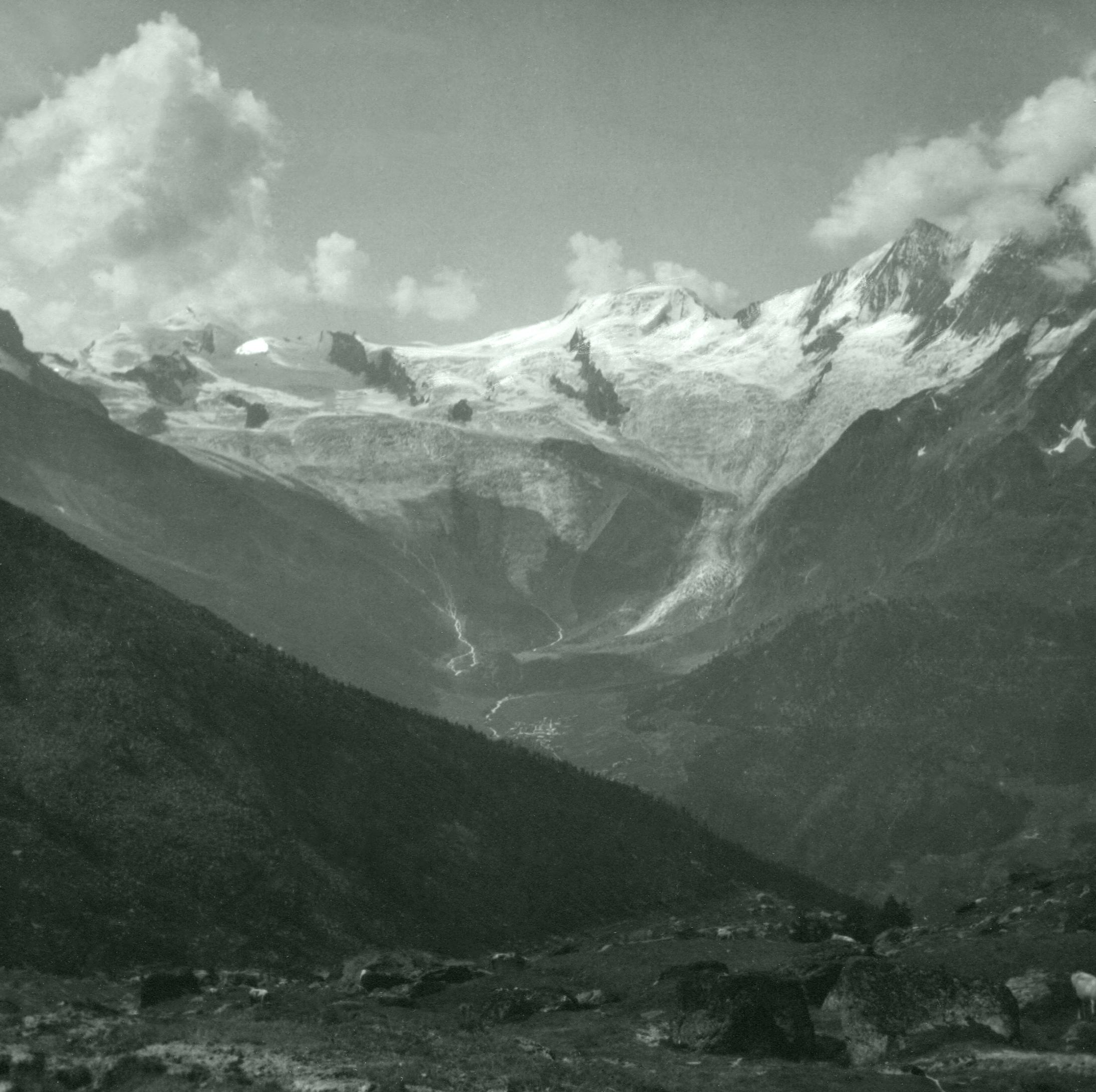 Saas-Fee mit Allalinhorn, Alphubel, Täschhorn von der obersten Triftal einer Alpensiedlung bei Saas-Grund. Sommer 1929.
