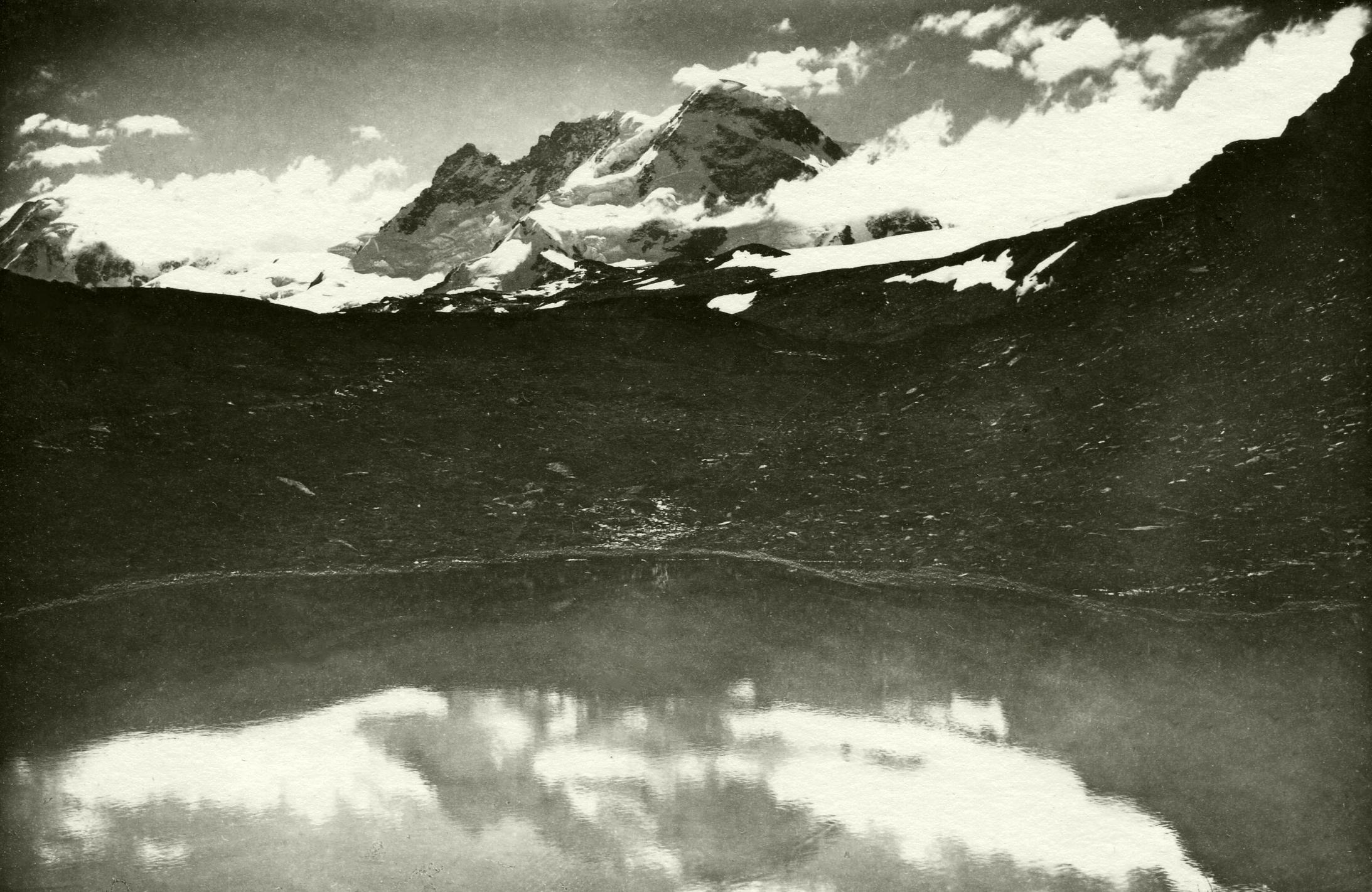 Breithorn vom Schwarzsee. Der kleine Bergsee oberhalb von Zermatt ist Aussichtspunkt für das Monte Rosa-Massiv, die Mischabelgruppe und das Matterhorn. Sommer 1926.