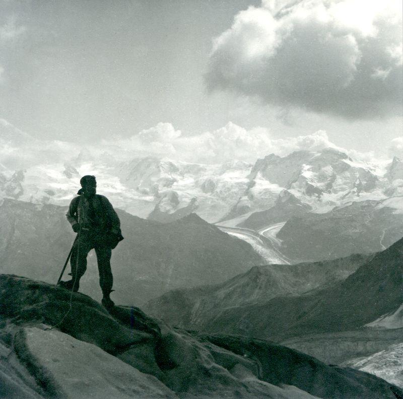 Vom Rothormgletscher gegen die Monte Rosa-Gruppe, im Vordergrund Theodor Kronig. Sommer 1929.