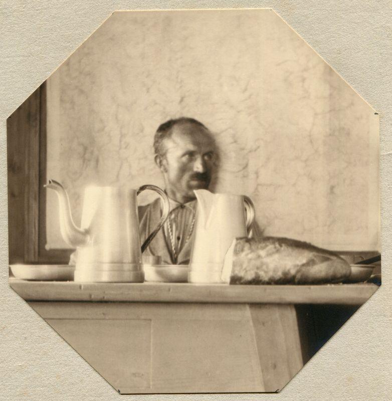 Bergführer Arnold aus dem Simplon auf der Weissmieshütte. Sommer 1929.