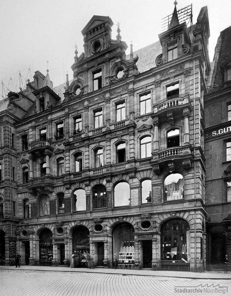 Das Gebäude Josephsplatz 3 mit den Räumlichkeiten des Textilwarengeschäfts S. Guttmann im Erdgeschoss und 1. Stock. Foto, um 1890. (Stadtarchiv Nürnberg A 35 Nr. 89/41)