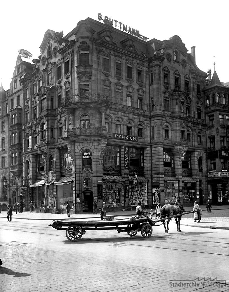 Das Wohn- und Geschäftshaus Königstraße 72 mit den Verkaufsräumen des Textileinzelhändlers S. Guttmann im Erdgeschoss. Foto Hochbauamt, 1911. (Stadtarchiv Nürnberg A 38 Nr. A-56-4)