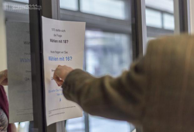 """Zum Tag der Archive stellten wir unseren Besucherinnen und Besuchern die Frage """"Wählen mit 16?"""". Foto Jasmin Staudacher, 3.3.2018. Stadtarchiv Nürnberg"""