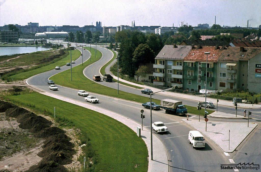 Der Wöhrder Talübergang im Sept. 1970. Im Hintergrund der im Okt. 1969 geflutete See (A 55-3-42-7-4)